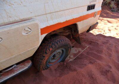 4WD fahren in der Gibson-Wüste und versuchen, ein kaputtes Fahrzeug von Otto Tours wieder auf die Straße zu bringen