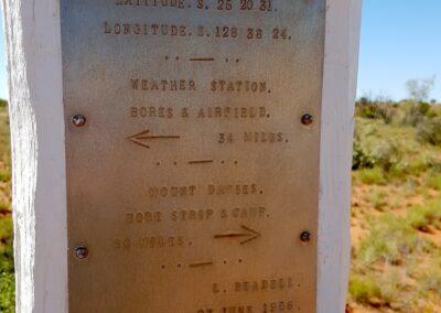 Eine von vielen berühmten Markierungen von Len Beadeall auf dem Gunbarrel Highway