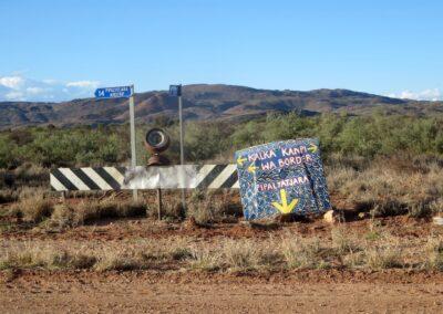 Indigenes Schild - Südaustralischer Teil des Gunbarrel Highway